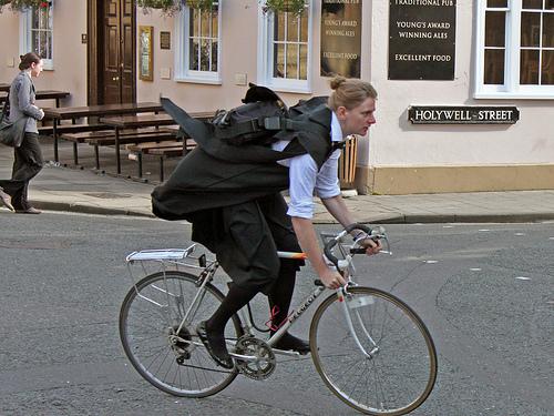 サイクリングで風を切って走る喜び
