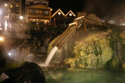 草津温泉の湯畑は夜のライトアップ時が最も美しい