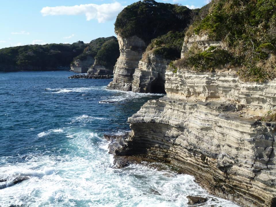 勝浦市の観光スポットとして有名な勝浦海中公園の岩肌