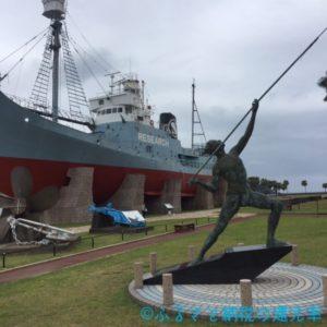 古式捕鯨発祥の地。捕鯨船と「刃刺しの像」